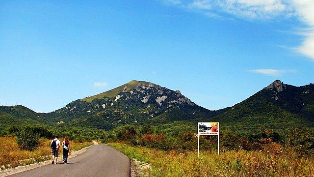 Начало пешеходного маршрута к вершине Юца.