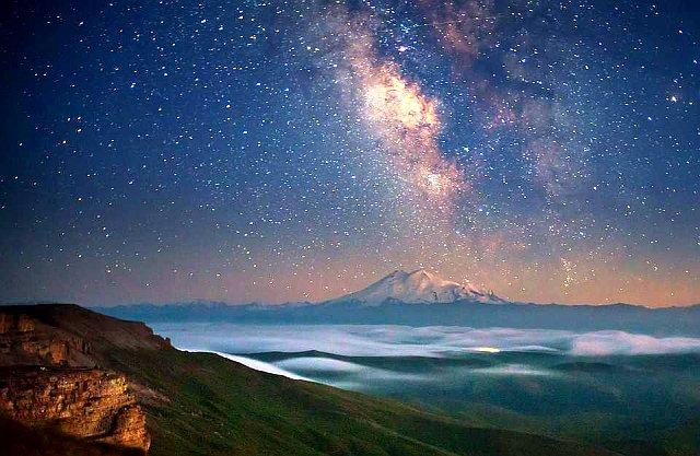 Вид на Эльбрус с вершины Боргустанского хребта.