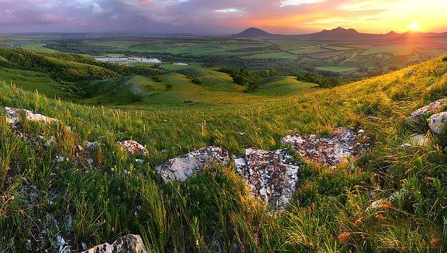 Вид на Пятигорье с вершины Боргустанского хребта.