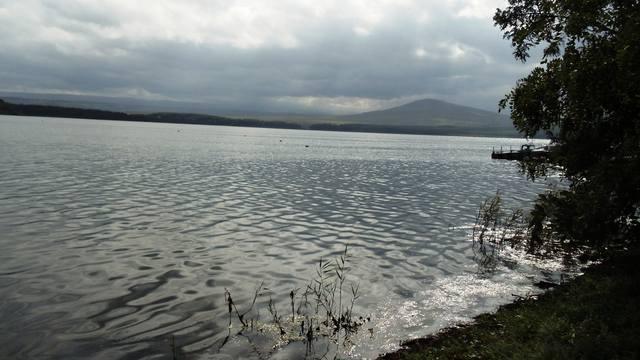 Озеро Тамбукан, даже в безветренную погоду гладь озера кажется черной.