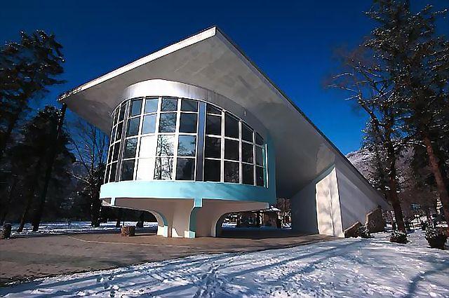 Здание дайв-центр на голубом озере в Кабардино–Балкарии