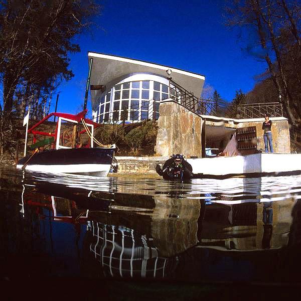 Здание дайв-центр на голубом озере в Кабардино–Балкарии.