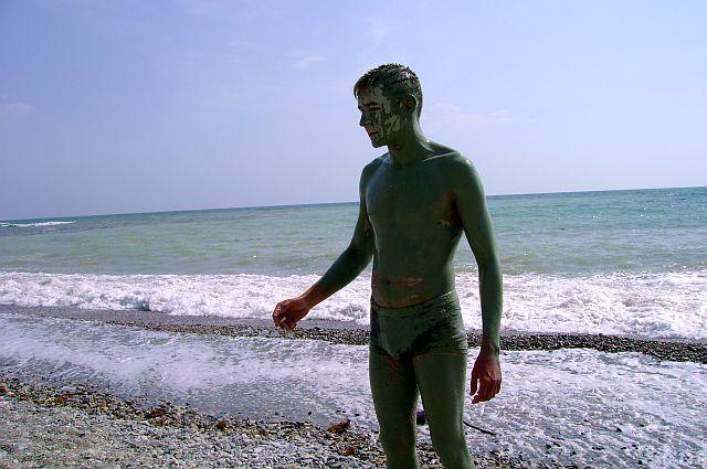 Черное море - голубая бухта с лечебными сероводородными грязями.