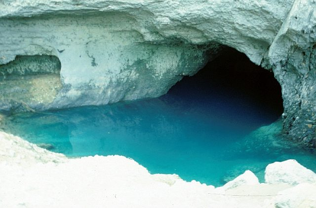 Озеро Воклюз – самая глубокая карстовая пещера в Европе.