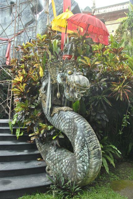 Священное животное Индии змея - фото